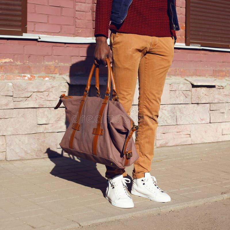 Regard masculin de mode Coordonnée d'homme élégant de vêtements à la mode photographie stock libre de droits
