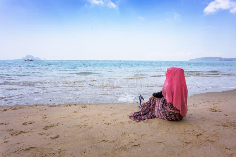 Regard musulman de fille la mer images libres de droits