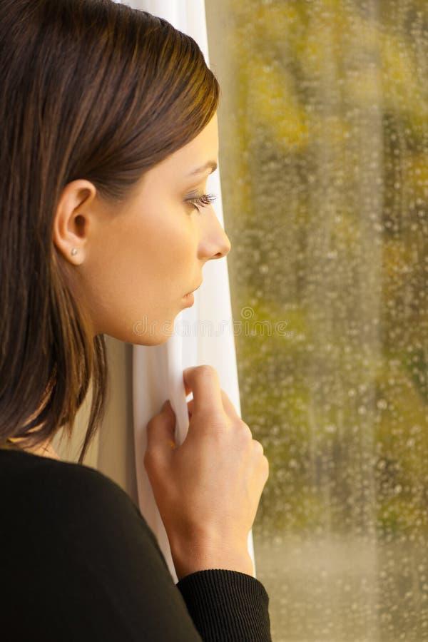 Regard par la fenêtre. photo libre de droits