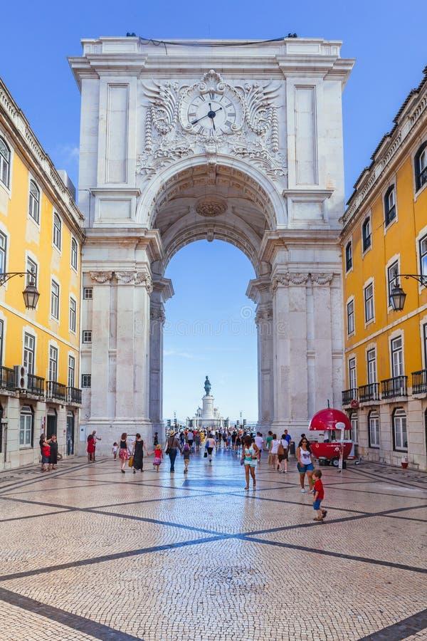 Regard par Rua Augusta Arch à Lisbonne photo stock