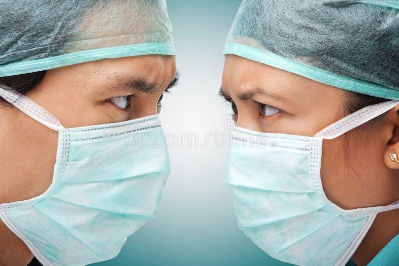 Regard sérieux entre l'ouvrier deux médical images libres de droits