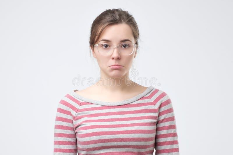 Regard sérieux et concerné de jeune belle femme triste inquiété et réfléchi image libre de droits