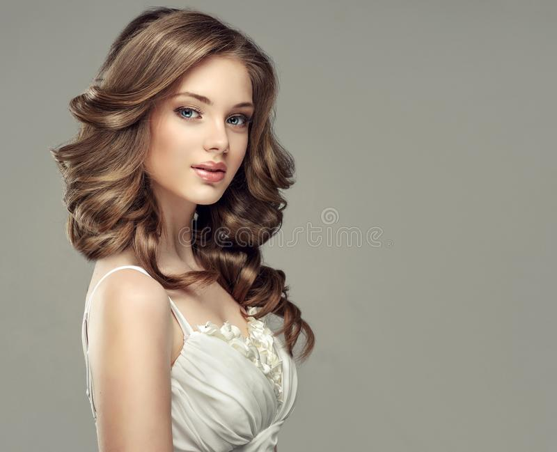 Regard sincère et tendre de jeune et magnifique femme photos libres de droits