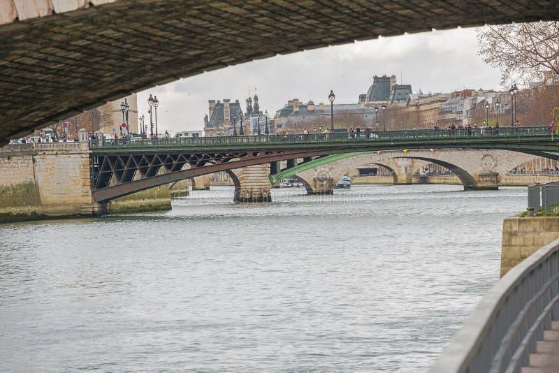 Regard sous plusieurs ponts de la Seine image libre de droits