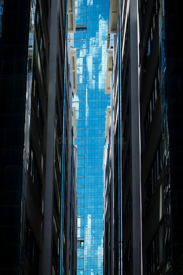 Regard sur le plein bâtiment en verre entre deux immeubles de bureaux dans le kilolitre du centre photographie stock libre de droits