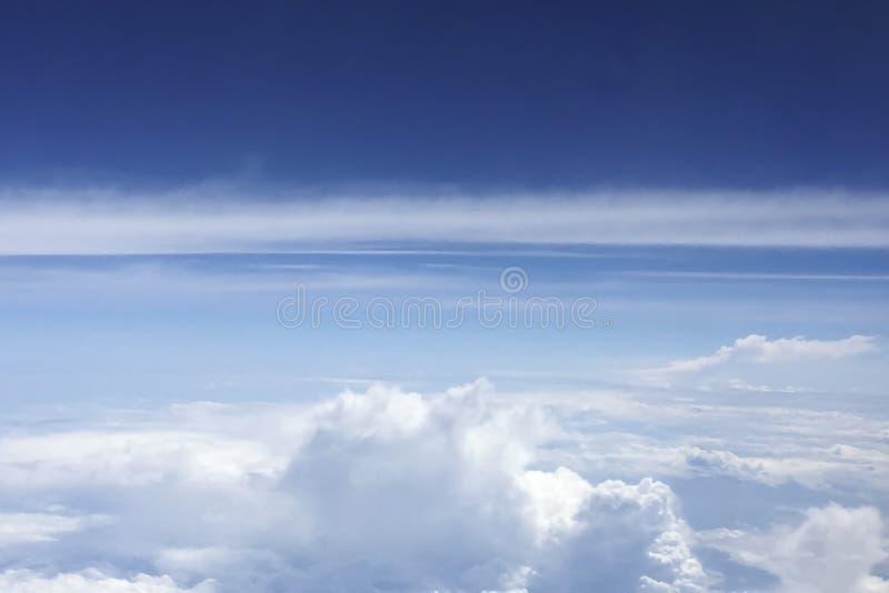 Regard vers le bas aux nuages des avions photographie stock libre de droits