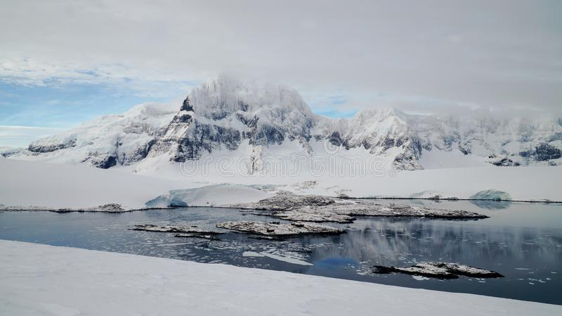 Regard vers le bas pour mettre en communication Lockroy sur l'île de Wiencke en Antarctique photos libres de droits