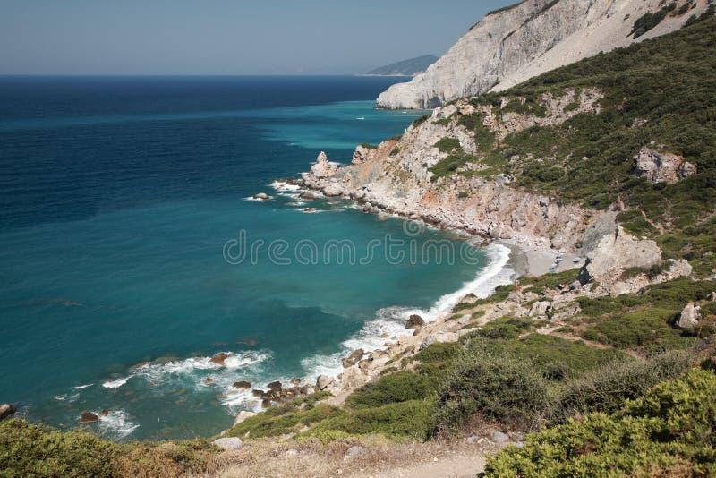 Regard vers le bas sur une plage de Skiathos photos libres de droits
