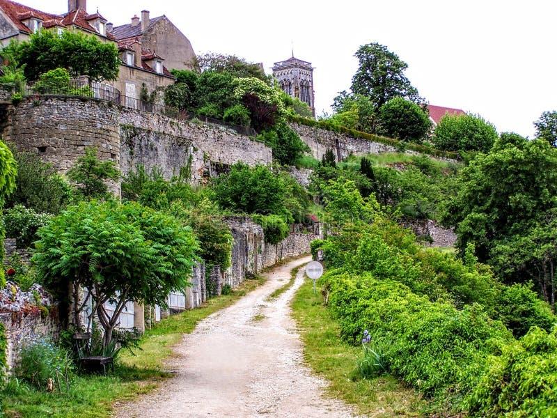 Regardant au-dessus du paysage de Bourgogne et du village du saint Pere de Vezelay, Bourgogne, France, l'Europe images stock
