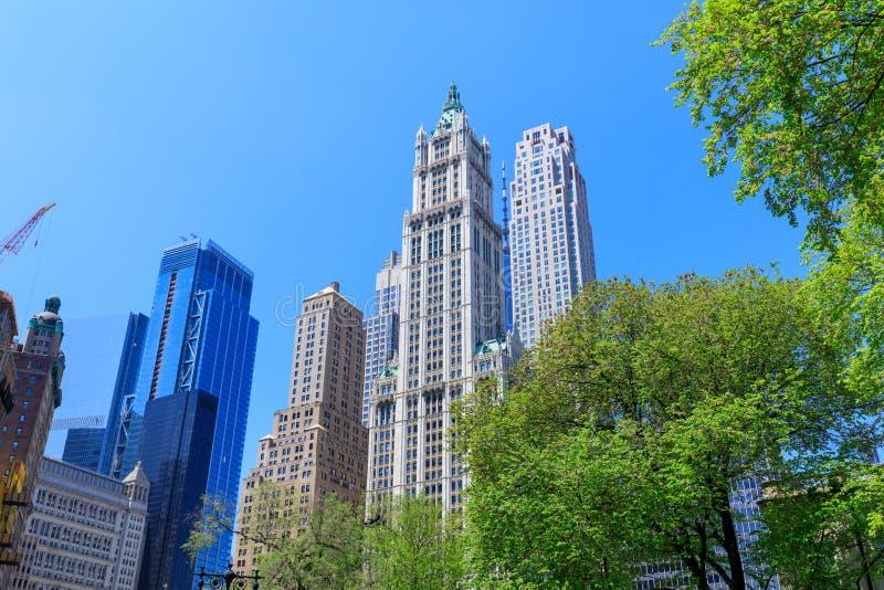 Regardant des bâtiments d'affaires à Manhattan du centre, NYC photographie stock
