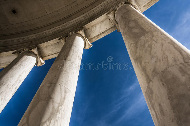 Regardant des colonnes chez Thomas Jefferson Memorial, Washingt photographie stock