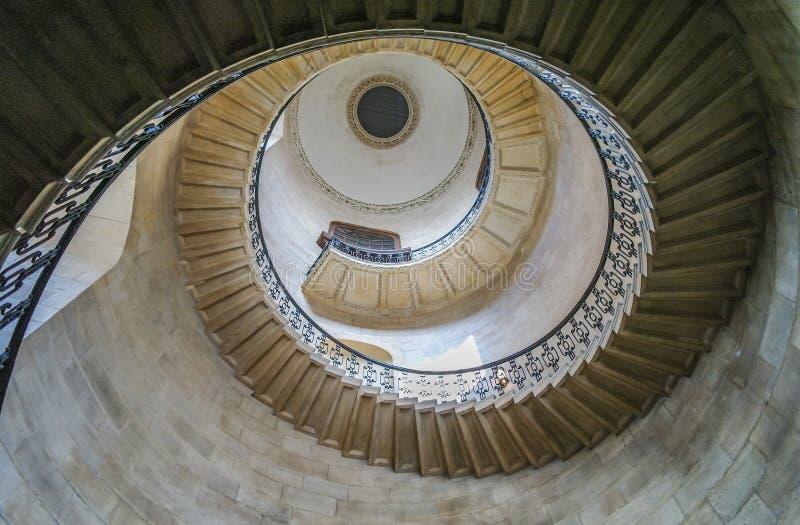 Regardant le dôme à l'intérieur de la cathédrale du ` s de Saint Paul, Londres photographie stock libre de droits