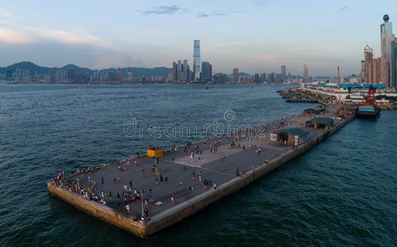 Regardant le TR, le Hong Kong et le port occidental, beaucoup Hong Kongers et les touristes aiment prendre pi photo libre de droits
