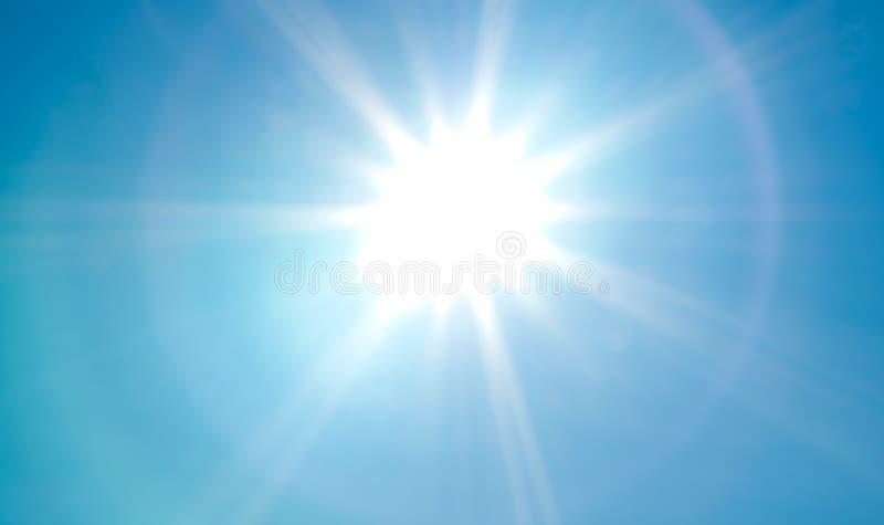 Regardant lumineux, le soleil vif avec des rayons de soleil et la lentille évasent sur le ciel bleu d'été image stock