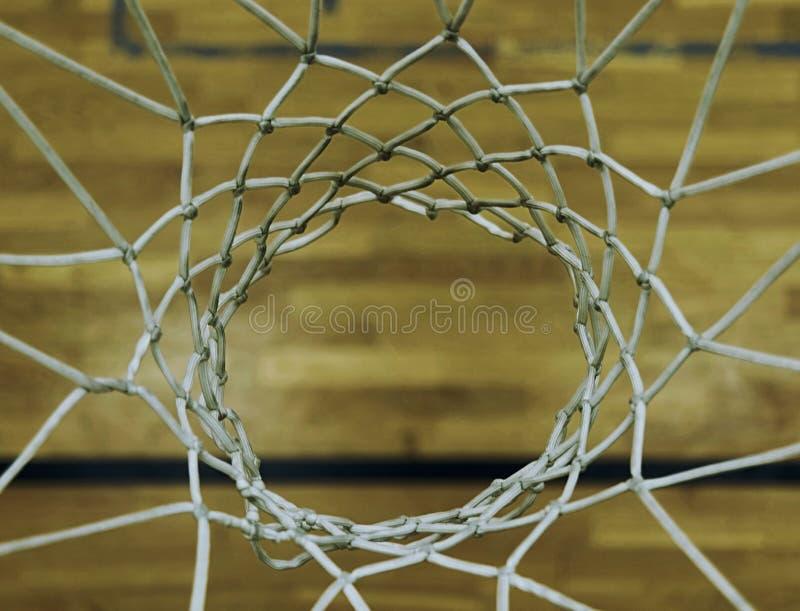 Regardant vers le bas par le cercle de basket-ball, jouant le fith DOF Cercle de basket-ball dans la salle de gymnastique photos libres de droits