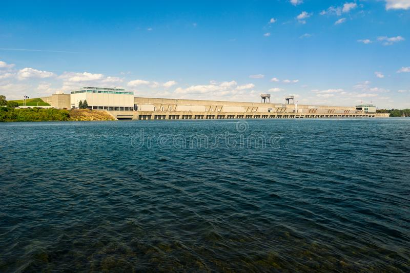 Regarder à travers une grande centrale hydro-électrique de barrage et  photo libre de droits