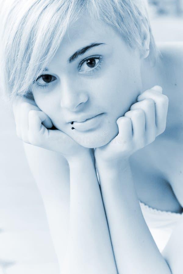 Regarder blond fixement l'appareil-photo image stock