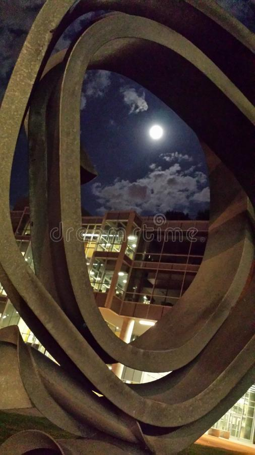 Regarder dans fixement la lune images stock