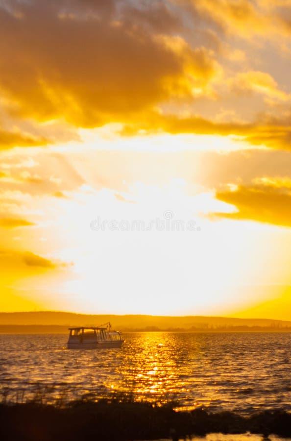 Regarder dans fixement le soleil photographie stock