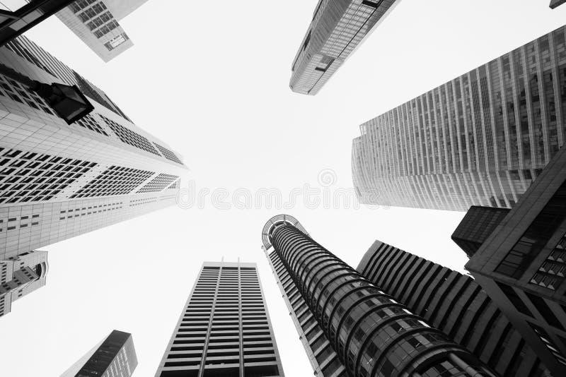Regarder des bâtiments d'affaires dedans en centre ville avec la couleur de B&W photographie stock