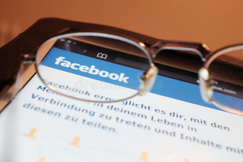 Regarder Facebook image libre de droits