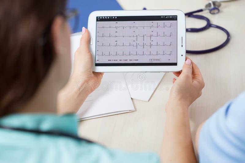 Regarder l'électrocardiogramme photo libre de droits
