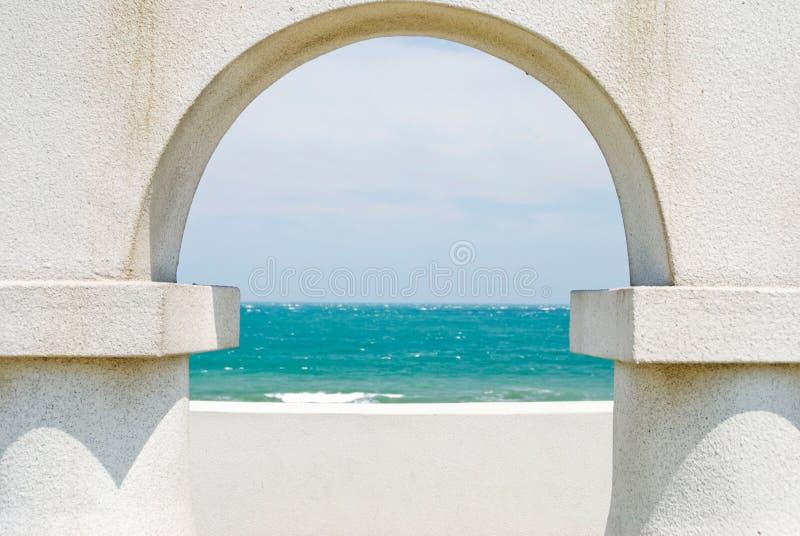Regarder l'océan par la trappe de voûte photographie stock