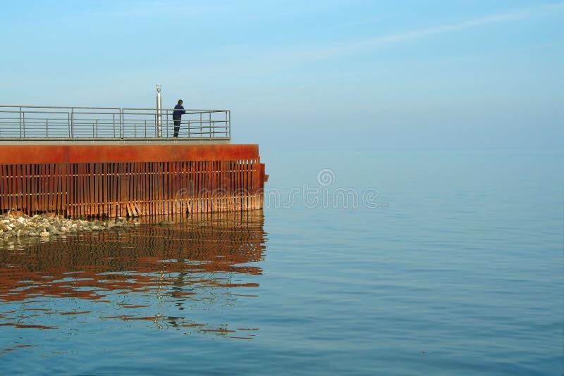 Regarder la mer bleue photographie stock libre de droits