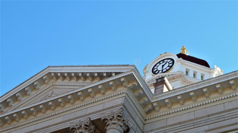 Regarder la tour d'horloge de sous le portique photo stock