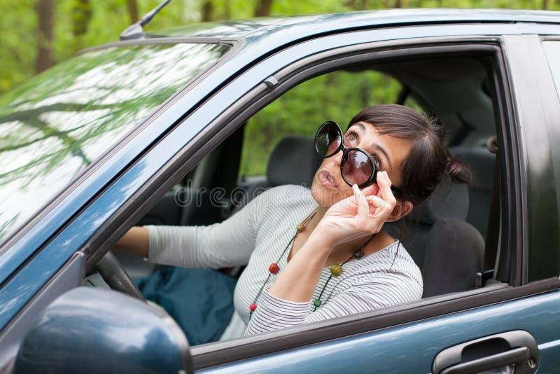 Regarder le ciel de la voiture photographie stock libre de droits