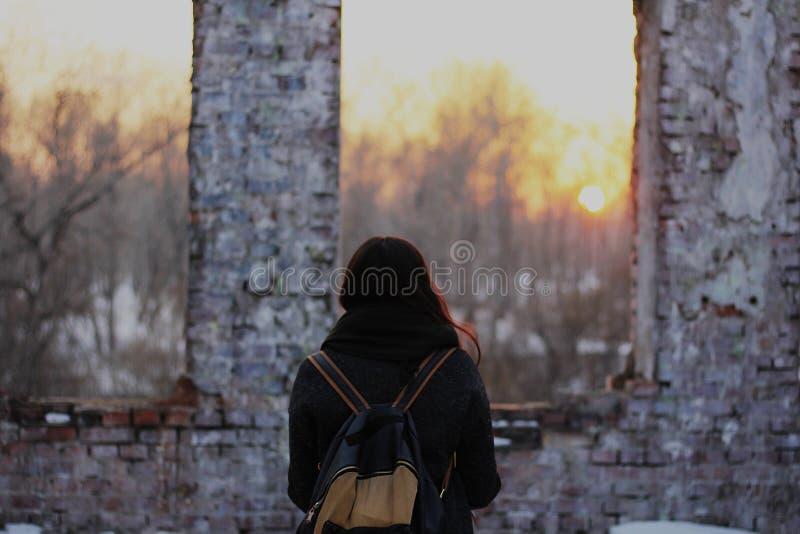 Regarder le coucher du soleil photos stock