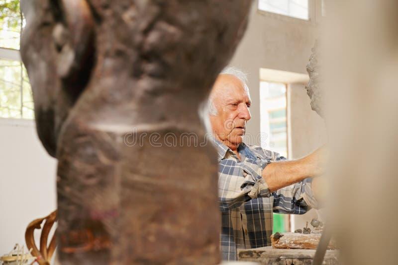 Regarder le sculpteur travaillant images libres de droits