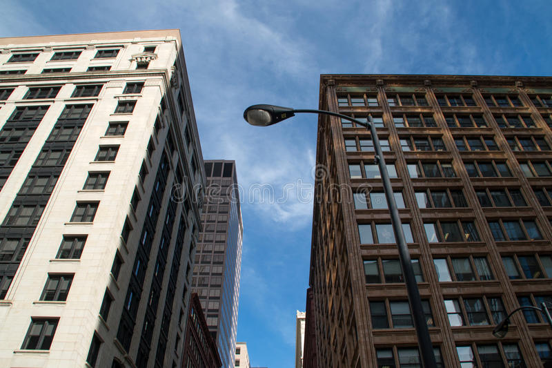 Regarder les bâtiments du centre de gratte-ciel de Chicago images stock