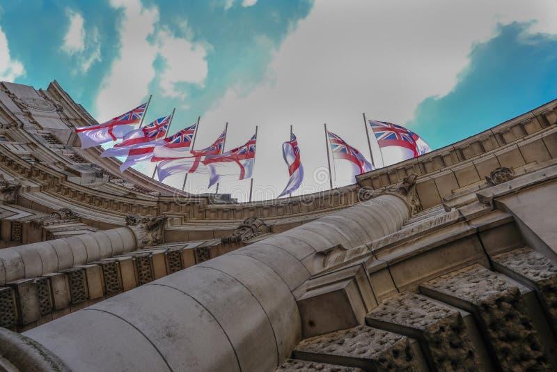 Regarder les drapeaux sur la voûte d'Amirauté photo stock