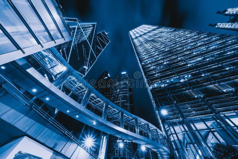 Regarder les immeubles de bureaux modernes Centres financiers de secteur et d'affaires dans la ville futée pour le fond de techno photo libre de droits