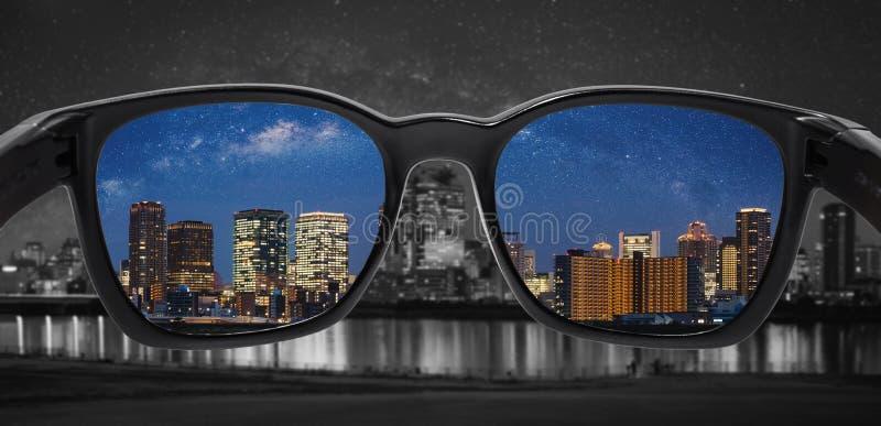 Regarder par des verres à la ville la nuit Verres d'achromatopsie, technologie en verre futée illustration de vecteur