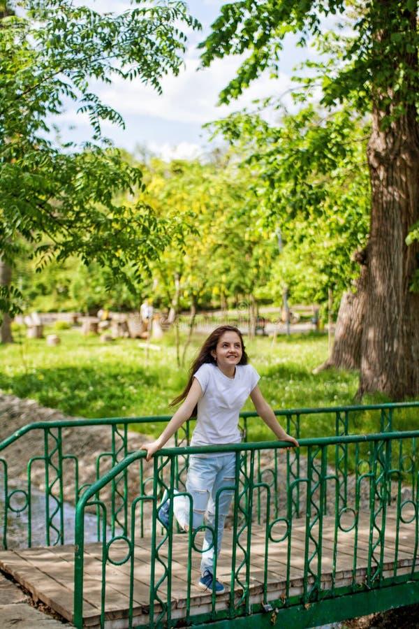 Regarder riant de fille heureuse dans fixement la distance photo libre de droits