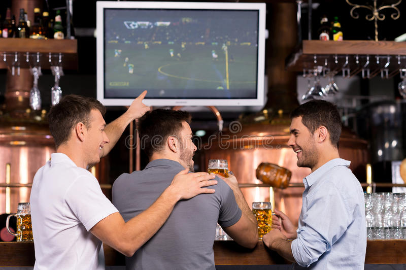 Regarder un match de football. photos stock