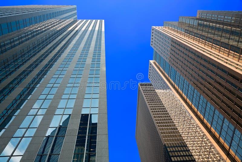 Regarder vers le haut les gratte-ciel image libre de droits