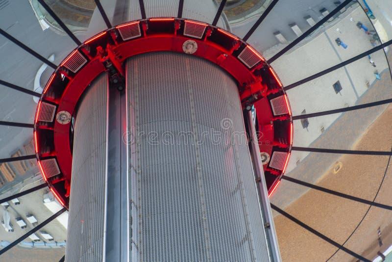 Regarder vers le haut les réflexions sur British Airways i360 'Brighton Tower' photographie stock libre de droits