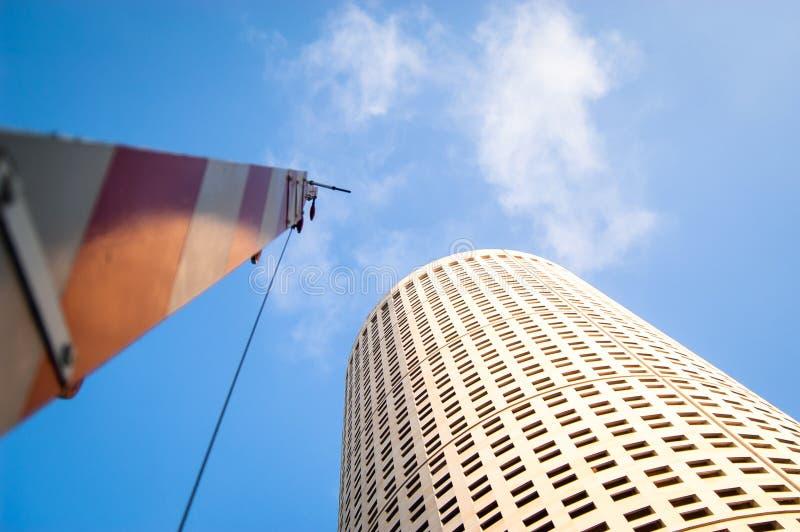 Regarder vers le haut un bâtiment rond avec la porte ouverte de pont-levis photo stock