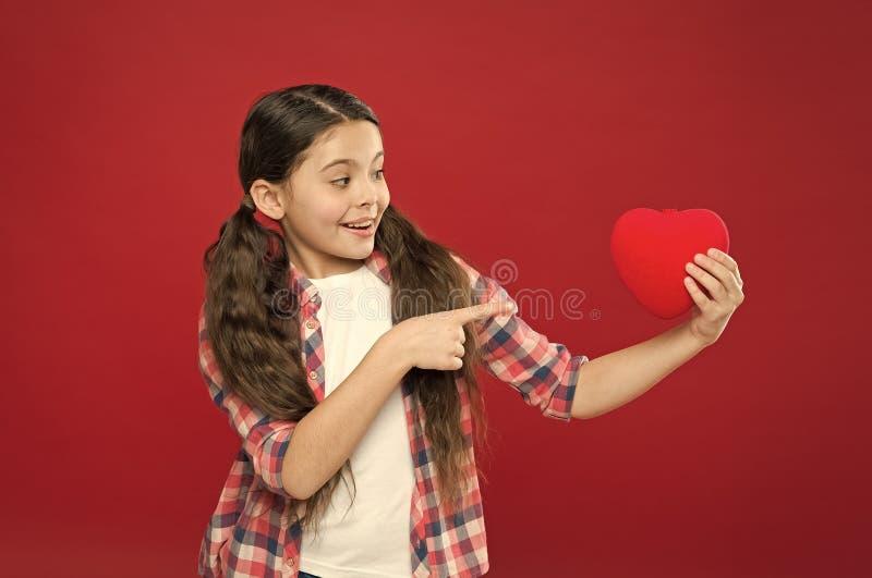 Regardez ce grand coeur Fille mignonne dans l'amour Avoir le probl?me et le chagrin d'amour de coeur Jour de valentines heureux P photos stock