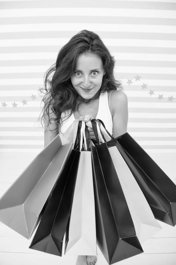 Regardez ce que j'ai Fille d'achats de Black Friday Paniers heureux de prise de fille publicité noire de vente de vendredi fou photographie stock libre de droits