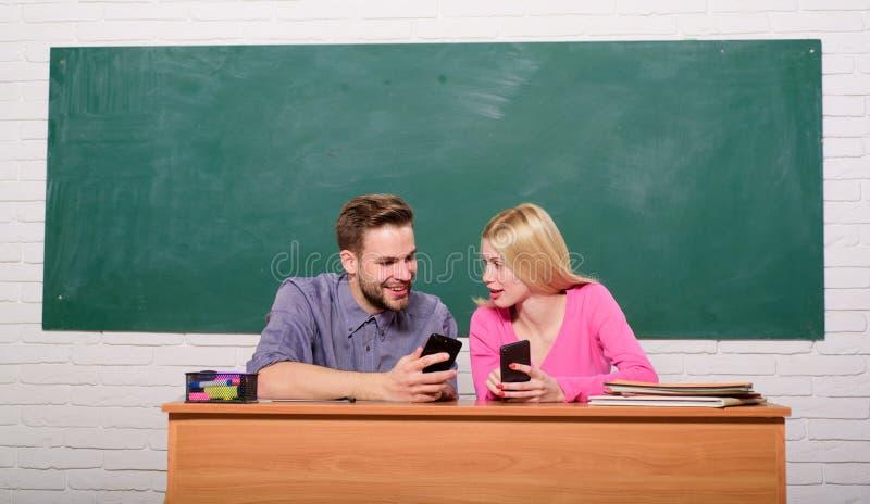 Regardez ceci De nouveau ? l'?cole Couples de l'homme et de femme dans la salle de classe Enseignement ? domicile ?cole moderne J photo libre de droits