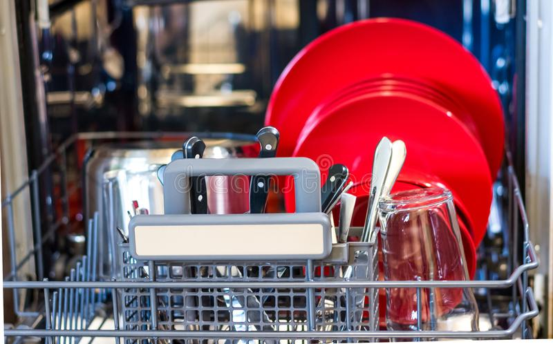 Regardez dans le lave-vaisselle avec le plat propre Nettoyez le plat placé dans la machine de nettoyage de cuisine images libres de droits