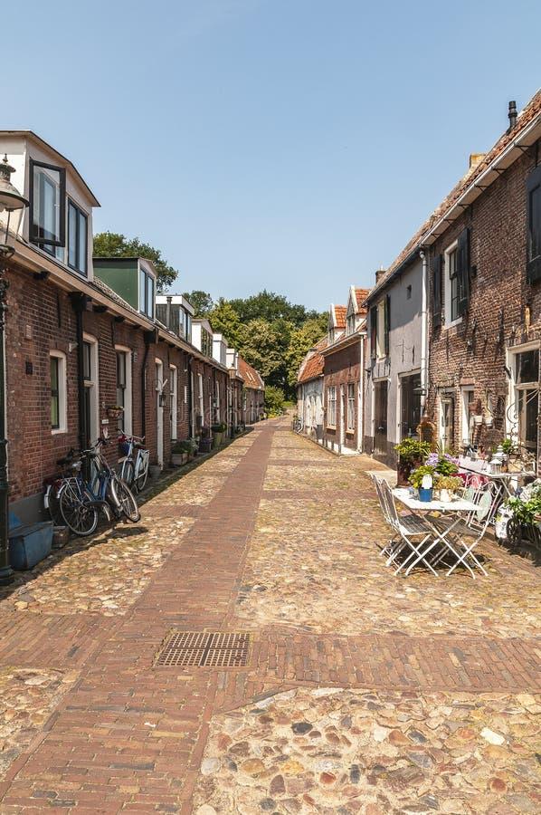 Regardez dans une vieille rue néerlandaise photos libres de droits