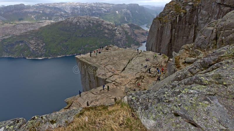 Regardez de au-dessus de l'Ontario le plateau célèbre de montagne de roche de pupitre, Norvège photographie stock libre de droits