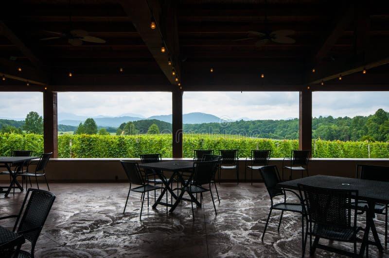 Regardez #2 de l'intérieur de l'établissement vinicole Pavillion dans Ridge Mountains bleu photo libre de droits