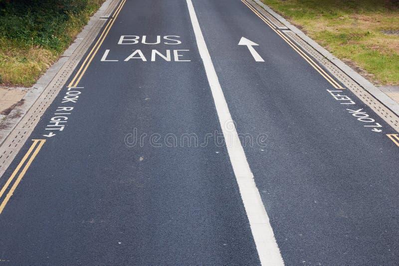 Regardez droit Regardez ? gauche Instruction pour des piétons sur une route de manière à Londres image stock