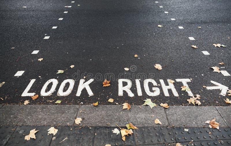 Regardez droit Marquage routier en Hong Kong photographie stock libre de droits